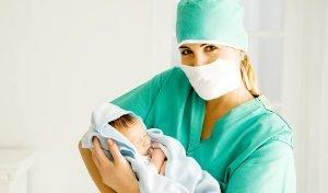 новорождённый и врач