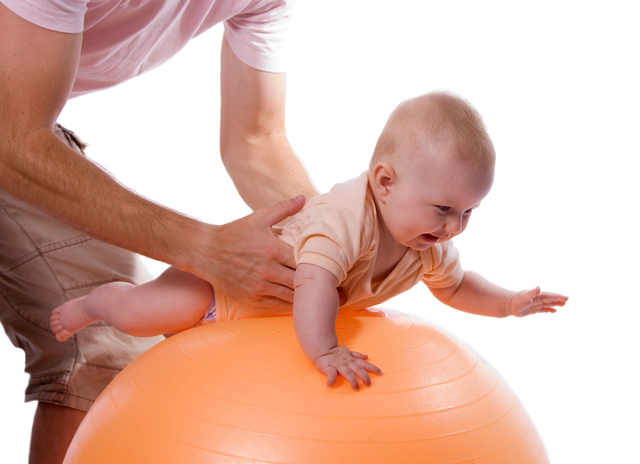 Массаж от коликов для новорожденного на фитболе