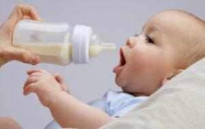 Ребёнок с бутылочкой